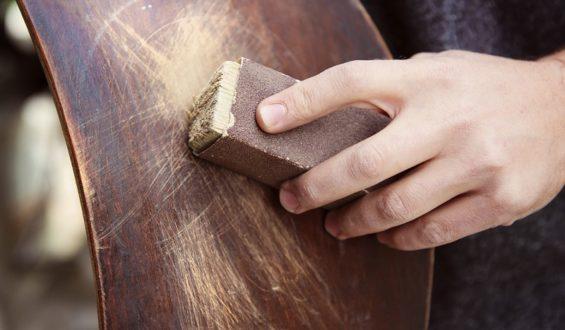 W jaki sposób usunąć zarysowania na meblach?