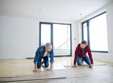 Podłogi drewniane – zalety oraz porady aranżacyjne