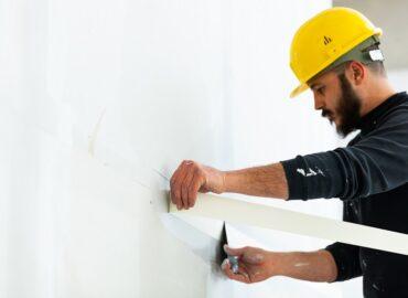 Tynkowanie ściany czy płyta kartonowo-gipsowa? Jakie rozwiązanie będzie najlepsze do naszej powierzchni