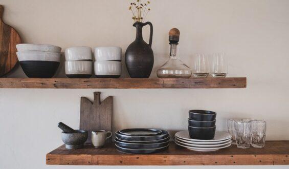 Półki na ścianę z drewna – praktyczne rozwiązanie w Twojej kuchni
