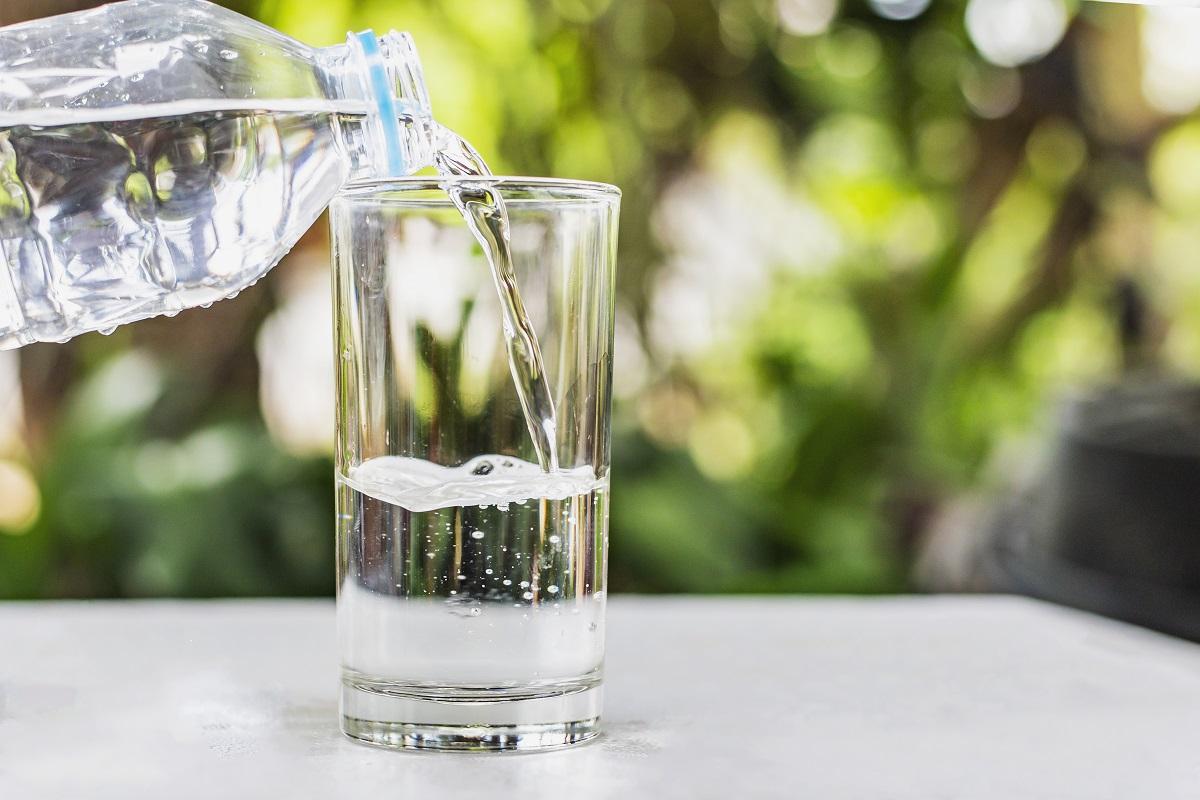 Kanistry na wodę pitną – niezbędnik biwakowicza