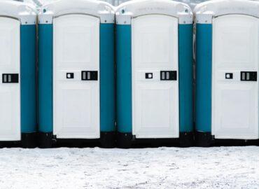 Toalety przenośne – kiedy zamawiane są najczęściej?